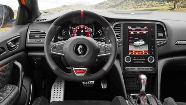 L'intérieur de la Mégane RS reprend le très bon écran vertical du modèle de série en ajoutant notamment un volant spécifique et des inserts imitation carbone.