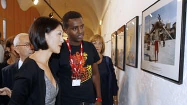 La ministre de la culture, Fleur Pellerin (g), et le photographe de l'AFP Mohamed Abdiwahab, le 4 septembre 2015 à Perpignan
