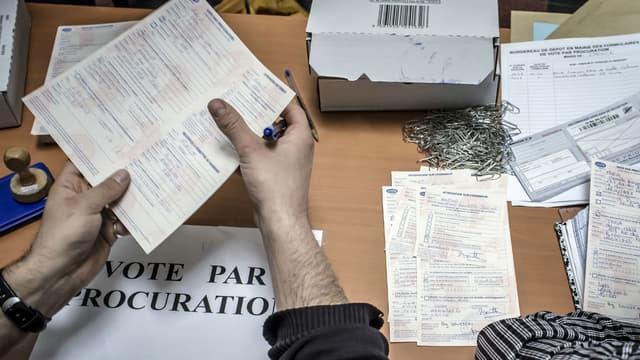 Des employés vérifient les demandes de procuration qu'ils recoivent, le 11 avril 2012, dans un commissariat de police de Lyon. (Photo d'illustration)