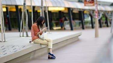 Les entreprises françaises tentent d'imposer leurs smartphones face aux géants Apple et Samsung.