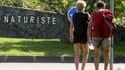Un couple de touristes passe devant le village naturiste du Cap d'Agde