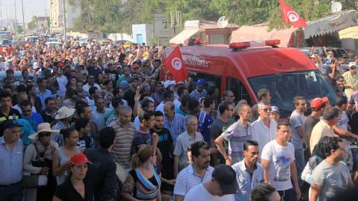 L'ambulance emportant le corps du député de l'opposition de gauche Mohamed Brahmi, abattu jeudi près de Tunis.
