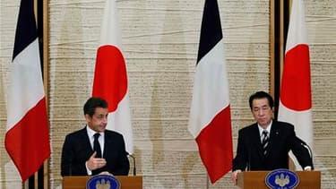 Nicolas Sarkozy aux côtés du Premier ministre japonais Naoto Kan. En visite express au Japon pour manifester la solidarité du G20 avec l'archipel, le chef de l'Etat a appelé de ses voeux l'adoption d'ici fin 2011 de nouvelles normes internationales en mat
