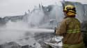 Un pompier tente d'éteindre un incendie qui s'est déclaré après le séisme, dans la Napa Valley, dimanche.