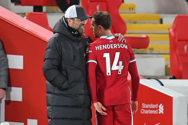 Jurgen Klopp tente de réconforter Jordan Henderson après sa blessure lors de Liverpool-Everton