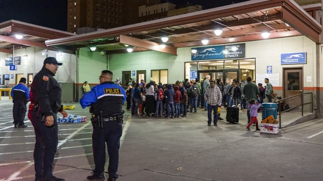 Des migrants relâchés par la police de l'immigration ont été déposés à la gare d'El Paso, au Texas, le 23 décembre 2018.
