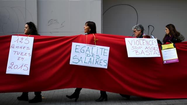 Des femmes défilent à Marseille en 2016.