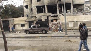 A Homs, vendredi. Les forces syriennes ont intensifié samedi leurs bombardements à Homs, ville-symbole de la contestation antigouvernementale, où quatre civils ont trouvé la mort, selon des opposants. /Photo prise le 10 février 2012/REUTERS/Handout