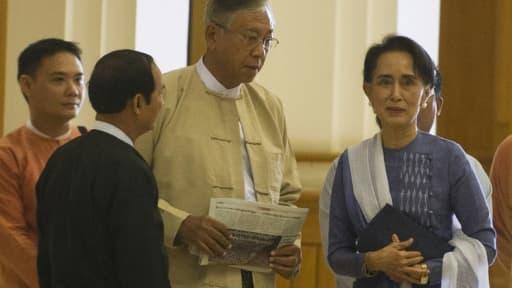 Htin Kyaw (en jaune) et la Prix Nobel de la Paix Aung San Suu Kyi (d) à Naypyidaw le 11 mars 2016