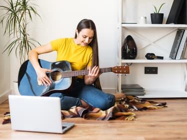Formez-vous en ligne à la guitare et au dessin !