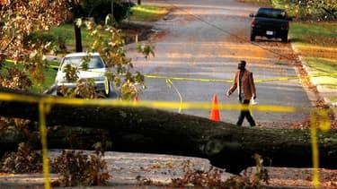 A Falls Church, en Virginia. Le nord-est des Etats-Unis a entamé mercredi un retour aussi progressif que difficile à la normale après le passage de la tempête Sandy qui laisse derrière elle au moins 64 morts, des millions de personnes sans électricité et