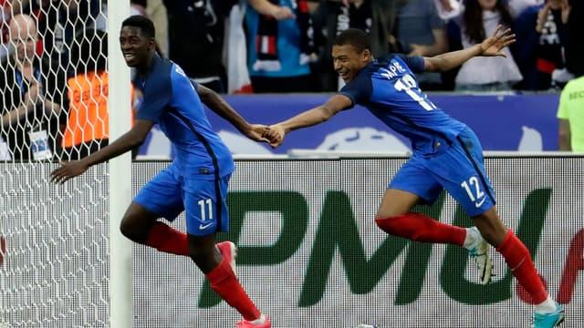 Ousmane Dembélé, ici avec Kylian Mbappé, a passé son temps à déstabiliser la défense de l'Angleterre, avant d'offrir le but de la victoire aux Bleus (3-2).