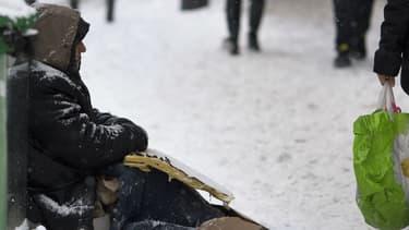 Un sans-abri dans une rue couverte de neige à Paris, le 20 janvier 2013. Photo d'illustration