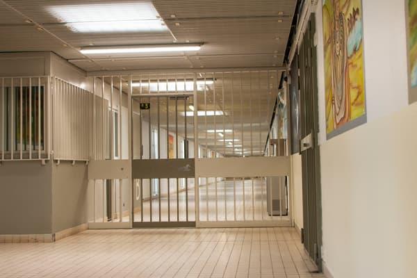 Les couloirs sécurisés de la maison centrale de Saint-Maur, dans l'Indre, le 12 avril 2021.