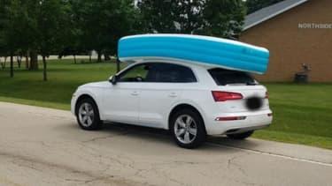 La voiture et la piscine gonflable