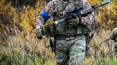 Un fusil d'assaut de type Airsoft, un jeu utilisant des répliques d'armes à feu, qui propulsent des billes en plastique.