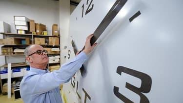 """Vincent Girard, directeur de la société """"Girard Le Temps"""" devant une horloge géante le 20 mars 2015 à Nantes"""