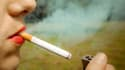 Une jeune femme allume une cigarette, illustration.