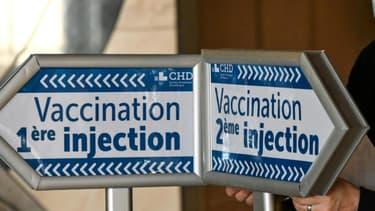Des panneaux pour guider les patients arrivant pour recevoir le vaccin Covid-19, le 17 février 2021 à Dunkerque