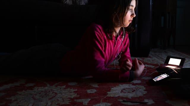 Les adolescents passent de plus en plus de temps le soir devant les écrans de smartphone et de tablette (photo d'illustration).
