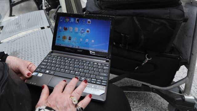 L'usage d'ordinateurs, de tablettes et autres appareils électroniques pourraient bientôt être interdits à bord des avions. (image d'illustration)