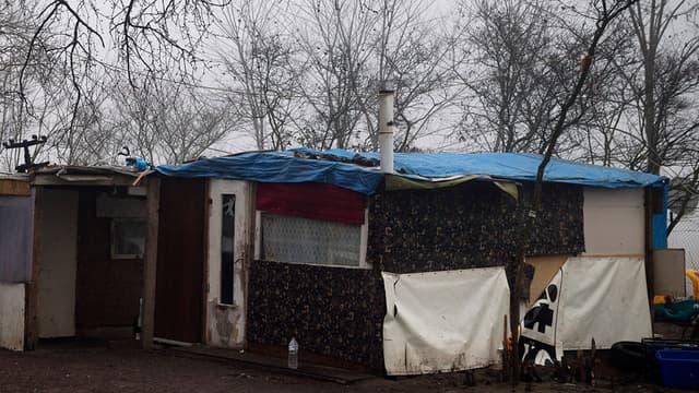 Le campement dans lequel vit la famille de Maria Francesca à Champlan.