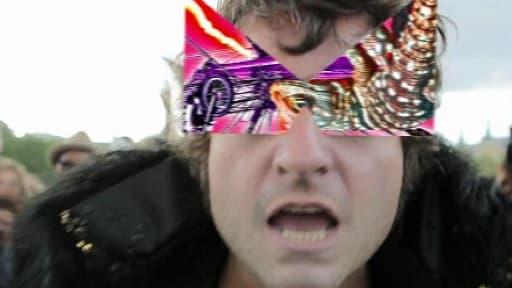Matthieu Chedid et son nouvel accessoire : les lunettes en forme de -M-