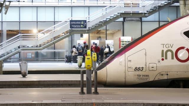 """Le service devrait être """"quasi-normal"""" à partir de lundi 4 octobre, """"la très grande majorité des équipes"""" du Technicentre de Châtillon (Hauts-de-Seine), affecté par une grève depuis le 21 octobre, étant """"au travail"""", selon Gwendoline Cazenave de la direction de la SNCF."""