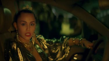 "Miley Cyrus dans le clip de ""Nothing Breaks Like A Heart"""
