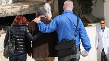 Des proches de victimes de l'attaque de Tunis à la sortie de l'hôpital Charles Nicole.