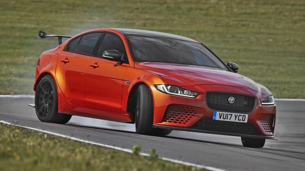 La berline de taille moyenne de Jaguar, la XE, se transforme en bête de course et passe au V8, elle qui n'avait jusqu'à présent qu'un V6.