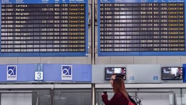 Des dizaines de vols en provenance ou desservant la Grèce ont été annulés.