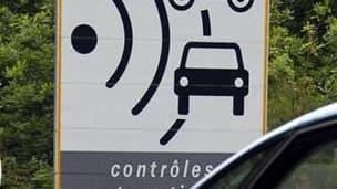 En déplacement dans le Var, Nicolas Sarkozy, a refusé de revenir sur la décision de retirer les panneaux routiers signalant la présence de radars, en dépit des protestations des députés UMP. /Photo prise le 12 mai 2011/REUTERS/Régis Duvignau