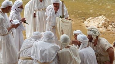 Des mandéens rassemblés autour de la Darfash avant de pratiquer le rite du Baptême.