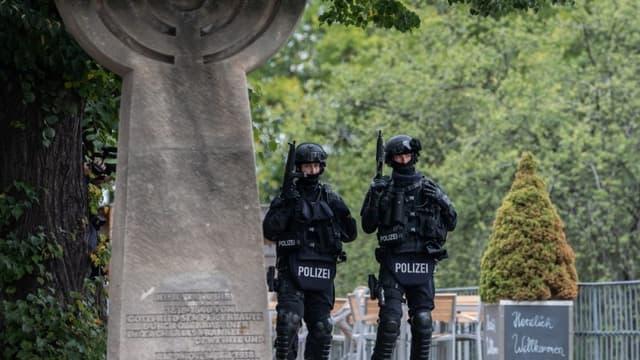 Des policiers allemands montent la garde après l'attentat dans la ville de Halle.