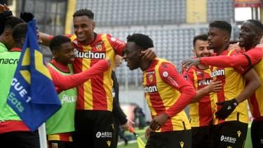 La joie de l'attaquant lensois, Arnaud Kalimuendo-Muinga (c), félicité par ses coéquipiers, après avoir marqué le 3e but face à Lorient, lors de leur match de L1, le 11 avril 2021 au stade Bollaert à Lens