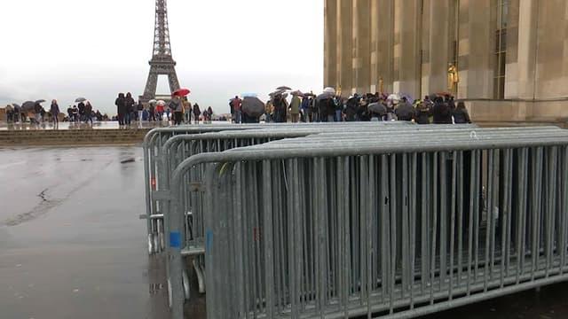 Les barrières sont en place, place du Trocadréo, pour encadrer la manifestation des soutiens à François Fillon, dimanche 5 mars.