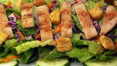 La salade romaine entre dans la composition de la fameuse salade César, très prisée des consommateurs américains.