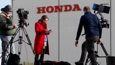 Roporter devant l'usine Honda de Swindon, en GB, après l'annonce de sa fermeture, d'ici à 2021.