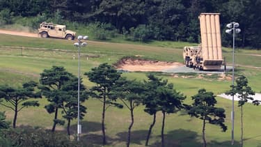 L'installation d'un bouclier antimissiles américain Thaad (c) sur un ancien terrain de golf, le 26 septembre 2017 à Seongju, en Corée du Sud