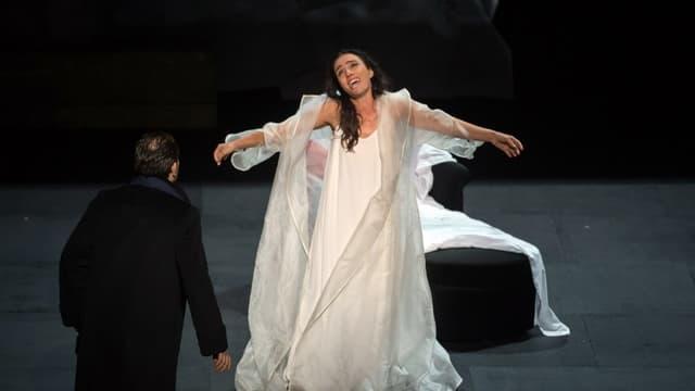 La soprano Ermonela Jahoperforme en tant que Violetta dans la Traviata le 31 juillet 2016 à Orange