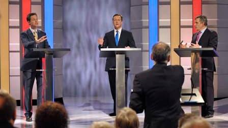 Gordon Brown (à droite), David Cameron et Nick Clegg dans les studios d'ITV, à Manchester. La politique britannique est entrée jeudi soir dans une ère nouvelle avec la tenue du tout premier débat télévisé qui a permis aux candidats des trois grands partis