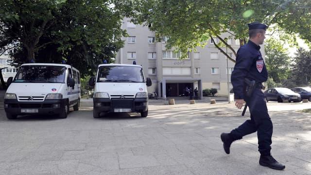 Un gendarme à Sevran, en Seine-Saint-Denis, en mai 2011. (photo d'illustration)