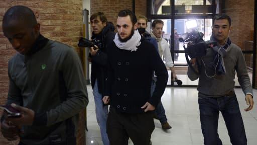Michaël Khiri (au centre), à son arrivée le 20 septembre devant le tribunal correctionnel de Versailles.