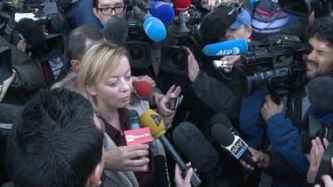 Sabine Kehm, la porte-parole de la famille Schumacher, lors d'une conférence express, devant le CHU de Grenoble, mercredi 1er janvier.