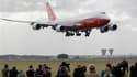 Arrivée au Bourget de la nouvelle version du gros porteur de Boeing, le 747-8. Airbus et Boeing s'apprêtent à annoncer lundi des commandes d'avions représentant plusieurs milliards de dollars, au moment où s'ouvre un 49e salon aéronautique du Bourget marq