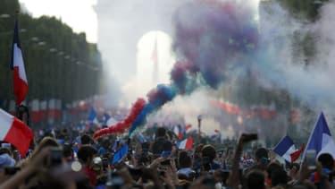 De nombreux supporters se sont plaint de la rapidité avec laquelle le bus des Bleus a descendu les Champs-Elysées