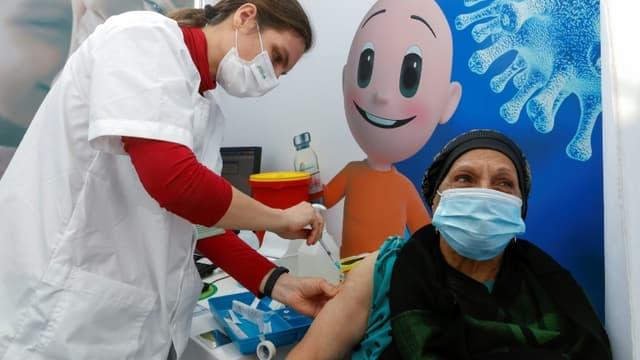 Une femme se fait injecter un vaccin contre le Covid-19 à Tel-Aviv, en Israël, le 3 janvier 2021 (photo d'illustration)