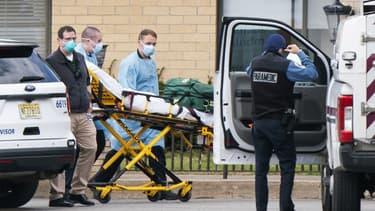 Une équipe médicale se préparant à transporter un patient du Andover Subacute and Rehabilitation Center, la maison de retraite où ont été retrouvés 17 corps entassés.