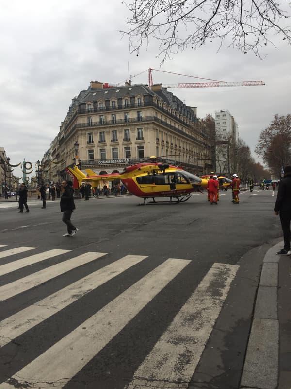 deux hélicoptères se sont posés place de l'Opéra, près de la rue de Trévise où une importante explosion a eu lieu ce samedi.